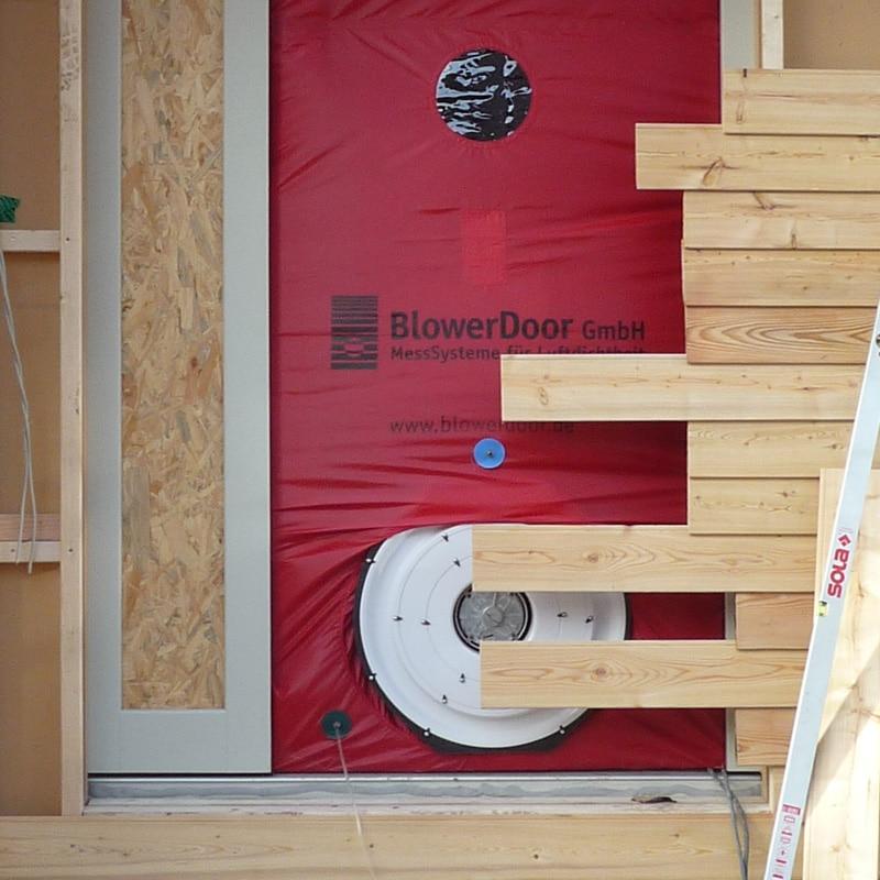 Holzhaus&Lehm -Mit der Blowerdoor wir die Qualität der Gebäudehülle überprüft. Dies lassen wir durch einen unabhängigen Prüfingenieur durchführen.