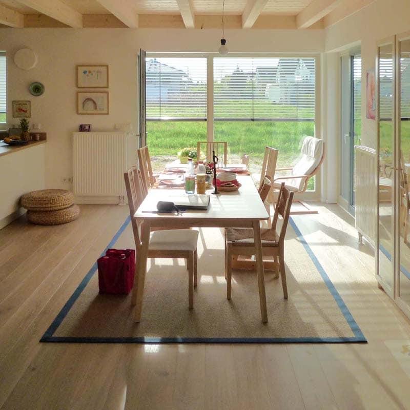 Holzhaus&Lehm - Massive Holzdielen weiß lasiert