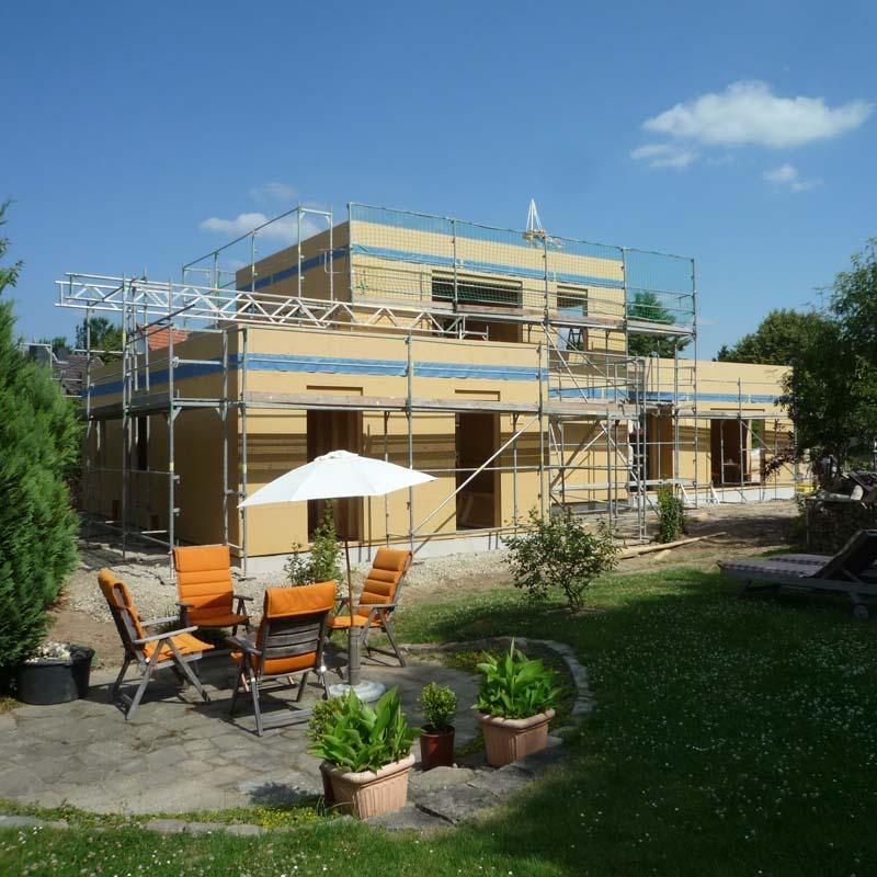 Holzhaus Hofgeismar - Blick vom Garten aus: Die Sitzecke für den interessierten Bauherrn ist schon eingerichtet.