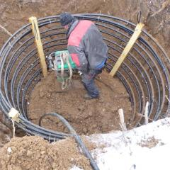 Energiekorb wird in die Erde eingegraben